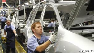 Trabalhador em fábrica da Renault, em São José dos Pinhais (SP)