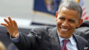 Obama acena para eleitores ao chegar a Charlotte, para a Convenção Nacional Democrata (Foto: AP)