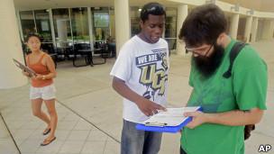 Jóvenes registrando votante