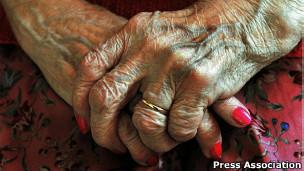 Manos de mujer anciana