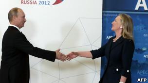 Ngoại trưởng Mỹ Clinton (phải)