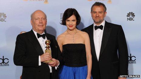Julian Fellowes, Elizabeth McGovern y  Hugh Bonneville