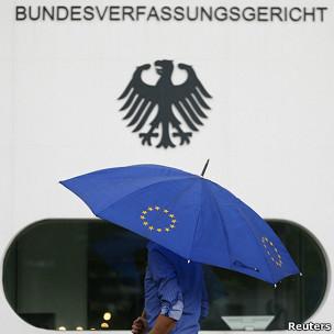 hombre con sombrilla en la corte constitucional alemana