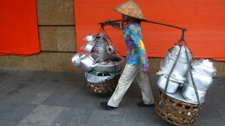 Gánh nặng đôi vai người dân Việt Nam