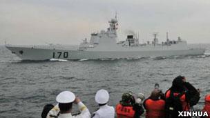 中国兰州号驱逐舰在青岛接受检阅(新华社图片23/4/2009)