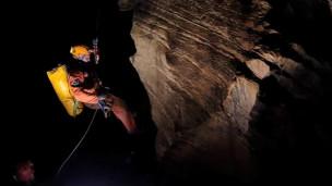 Astronauta em caverna na Itália (imagem: Agência Espacial Europeia)