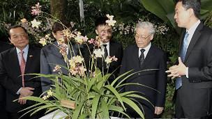 Ông Trọ̣ng tại lễ đặt tên một loài hoa lan tại Singapore