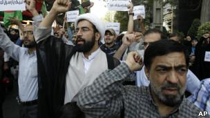 120914072611_film_islam_tehran_swiss_embassy_304x171_ap پلیس آمریکا سازنده فیلم اهانتآمیز علیه پیامبر اسلام را یافتهاست