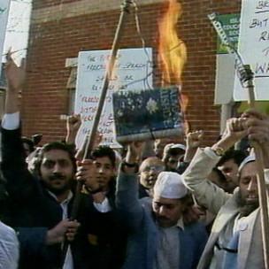 Protesto contra 'Os Versos Satânicos' em 1989