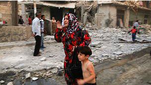 Una mujer huye con un niño