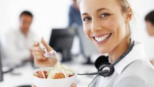 Mujer almorzando