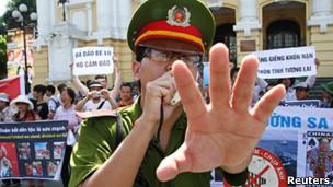 Cảnh sát tại một cuộc biểu tình ở Nhà hát lớn Hà Nội
