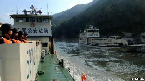 中国边防巡逻艇在湄公河上执行护航任务(新华社图片13/12/2011)