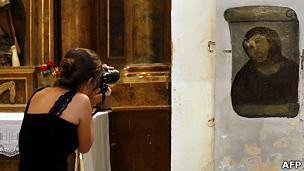 Mujer fotografía el fresco