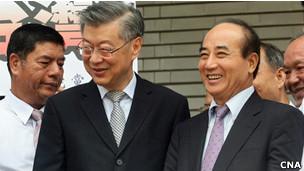 台湾当立法院9月22日投票结果倒阁案不通过,行政院长陈冲(前左)出席记者会向国民党立委们致意(22/09/2012)