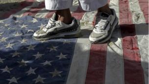pisotean la bandera de EE.UU.
