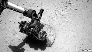 Марсоход применил сразу три прибора для изучения химического состава камня.