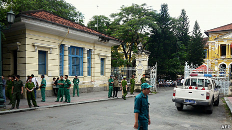 Cảnh sát bên ngoài tòa án ở thành phố Hồ Chí Minh trong phiên xử ba blogger Nguyễn Văn Hải, Phan Thanh Hải và Tạ Phong Tần