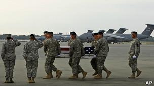 Militares levam caixão de soldado morto no Afeganistão