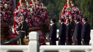 中共中央政治局常委到北京天安门广场向人民英雄纪念碑敬献花篮。