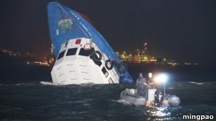 香港渡轮相撞(图片来源:《明报》)