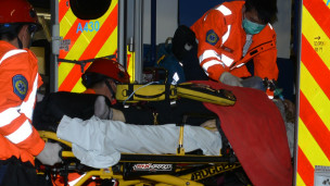 伤者送上救护车