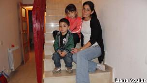 Soraya Urbano Oviedo e os filhos (foto: Liana Aguiar/BBC Brasil))
