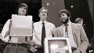 Steve Jobs y sus colegas, en una foto de 1985