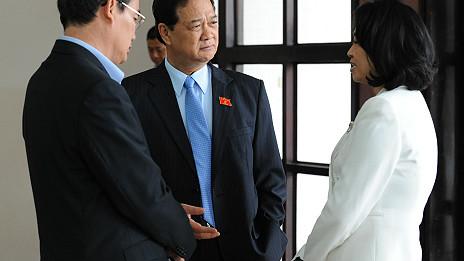 Bà Đặng Thị Hoàng Yến (phải) trong một lần nói chuyện với Thủ tướng Nguyễn Tấn Dũng