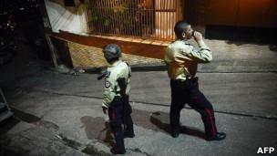 Policiais patrulham ruas de Caracas