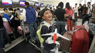 Niño en aeropuerto