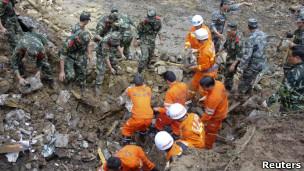 Cứu trợ tại nơi xảy ra đất lở ở tỉnh Vân Nam, Trung Quốc