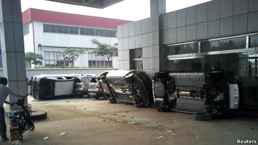 青岛一家日系汽车经销商的店铺被反日示威者砸毁。