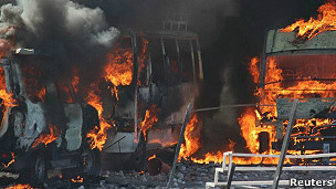 Vehículos policiales incendiados