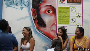 Venezolanos aguardan su turno para votar