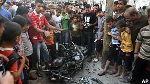 Habitantes de Rafah miran la motocicleta alcanzada por un ataque aéreo israelí