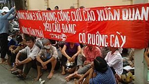 Người dân Văn Giang lên Hà Nội biểu tình