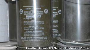 Barriles de agua en refugio antinuclear del Capitolio