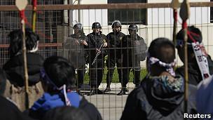 Una reja separa a los guardias de los mapuches en marcha