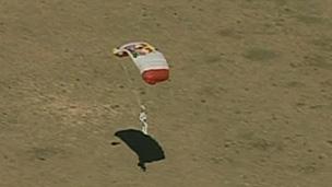 Baumgartner precisou de dez minutos desde a saída da cápsula até o pouso (BBC)