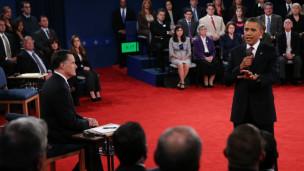 Tổng thống Obama phát biểu khi Romney lắng nghe