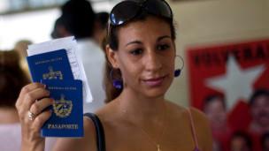 cubana muestra su pasaporte