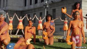 Protesto de mulheres uruguaias em defesa de lei de aborto (Reuters)