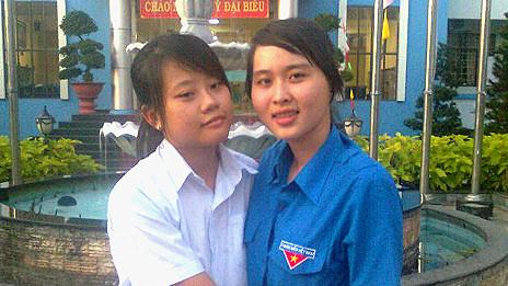 Sinh viên Nguyễn Phương Uyên (phải)