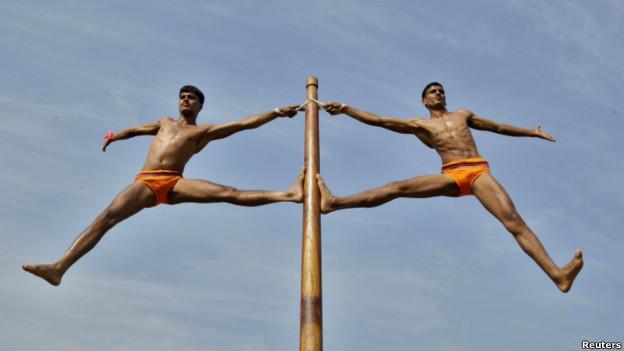 Binh lính Ấn Độ biểu diễn 'Malkhamb', một loại hình thể dục truyền thống của Ấn. Ảnh: Jitendra Prakesh/Reuters