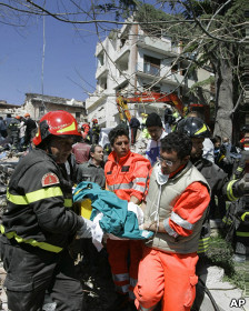 Rescatando a un herido / Foto de archivo