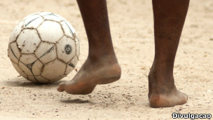 Menino com bola de futebol (Foto ECPAT)