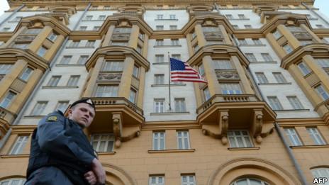 俄罗斯警察在美国驻莫斯科大使馆(美国国际开发署驻俄办事处总部)前巡逻(20/09/2012)