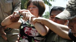 Bà Vương trong vòng vây cảnh sát