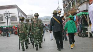 八廓街每隔几分钟就走过一队这样的武警巡逻队